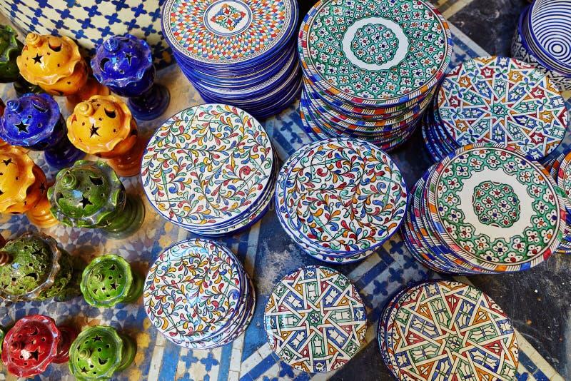 Επιλογή της παραδοσιακής κεραμικής στη μαροκινή αγορά στοκ εικόνες με δικαίωμα ελεύθερης χρήσης