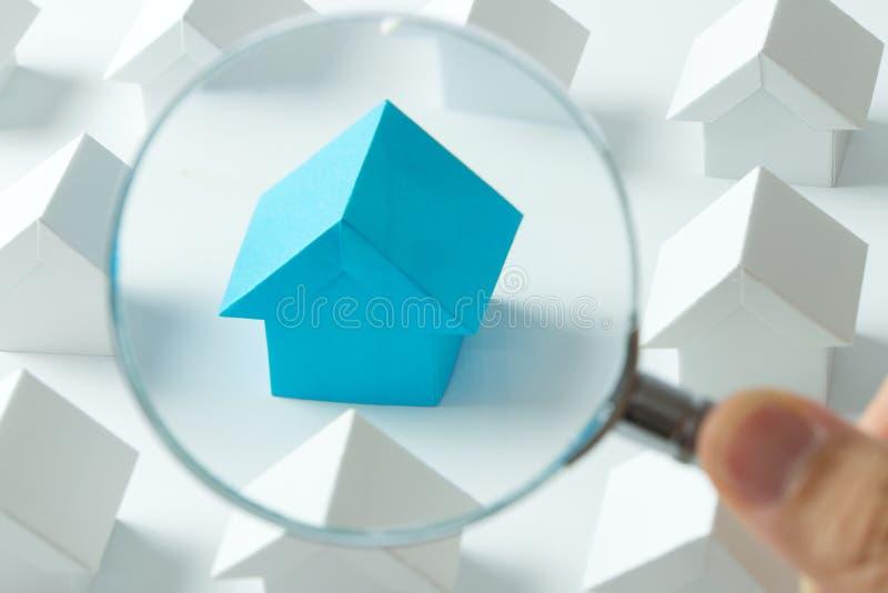 Επιλογή του σωστού σπιτιού στοκ φωτογραφία με δικαίωμα ελεύθερης χρήσης