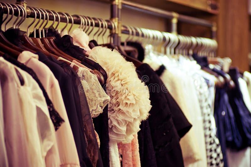 Επιλογή των ενδυμάτων μόδας των διαφορετικών χρωμάτων στοκ εικόνες