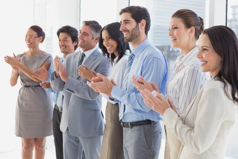 Επιδοκιμάζοντας εργαζόμενοι που χαμογελούν και εύθυμοι στοκ εικόνα με δικαίωμα ελεύθερης χρήσης