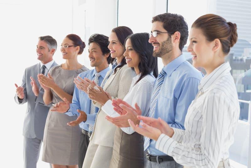Επιδοκιμάζοντας εργαζόμενοι που χαμογελούν και εύθυμοι στοκ φωτογραφίες με δικαίωμα ελεύθερης χρήσης