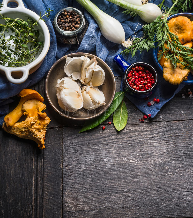 Εποχιακά μαγειρεύοντας συστατικά φθινοπώρου με τα λαχανικά, τα πράσινα και τα μανιτάρια συγκομιδών στο σκοτεινό αγροτικό ξύλινο υ στοκ φωτογραφία