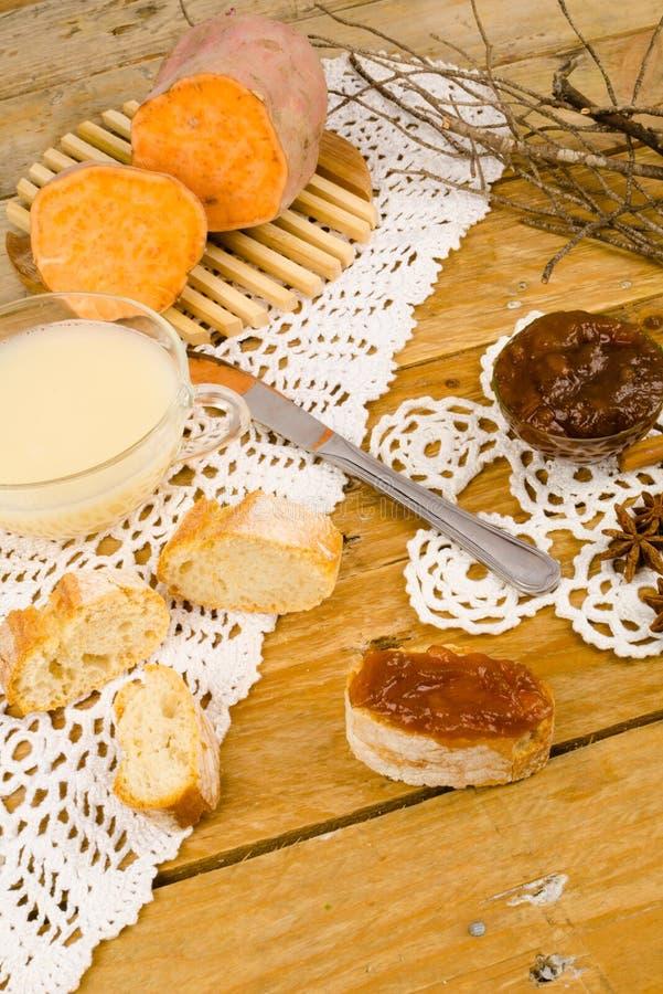 Εποχιακή κονσέρβα γλυκών πατατών στοκ εικόνες