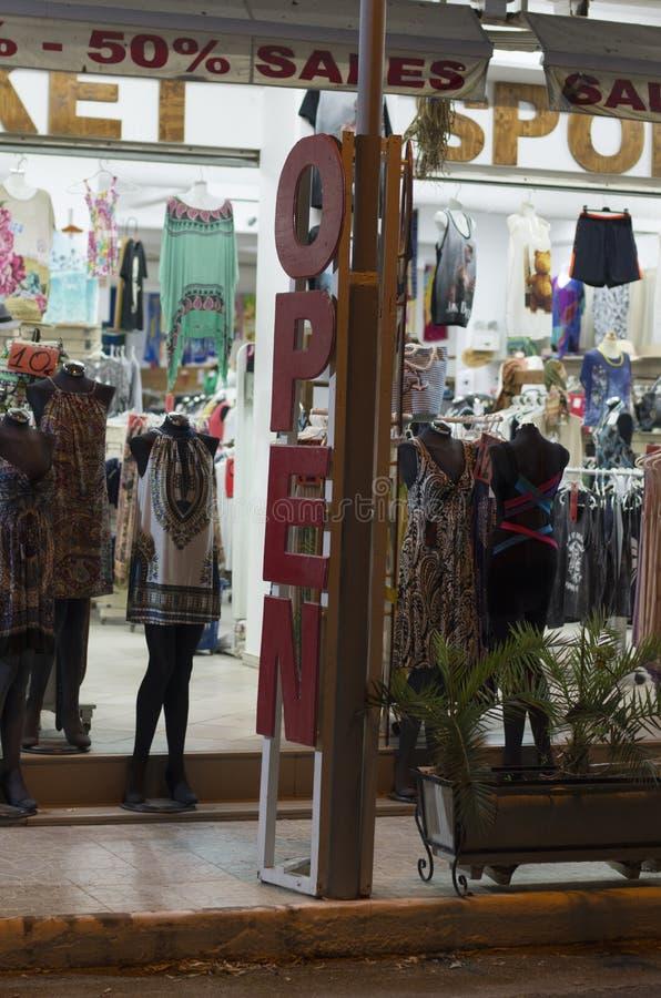 Εποχιακή πώληση στο κατάστημα ιματισμού οδών ανοικτό το βράδυ για τους τουρίστες στοκ εικόνες με δικαίωμα ελεύθερης χρήσης