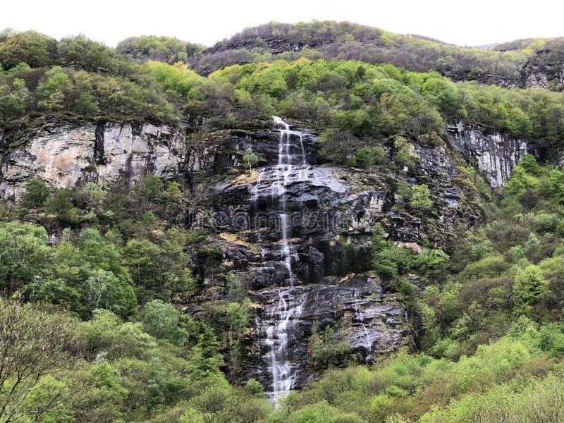 Εποχιακός καταρράκτης στο χωριό Cevio η κοιλάδα Maggia ή Valle Maggia ή το Maggiatal στοκ φωτογραφία