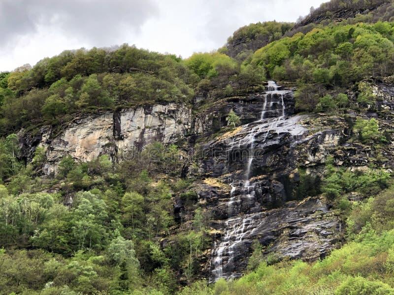 Εποχιακός καταρράκτης στο χωριό Cevio η κοιλάδα Maggia ή Valle Maggia ή το Maggiatal στοκ εικόνα