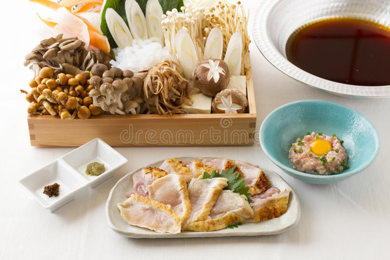 Εποχιακό δοχείο πολυτέλειας των διάφορων μανιταριών και του ψημένου στη σχάρα κοτόπουλου και στοκ εικόνες με δικαίωμα ελεύθερης χρήσης