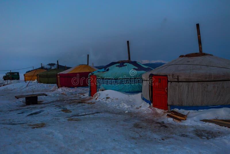 Εποχιακό χωριό των yurts για τους ψαράδες στον πάγο στη λίμνη Baikal στοκ φωτογραφία με δικαίωμα ελεύθερης χρήσης