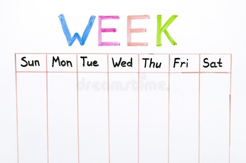 Επτά ημέρες της εβδομάδας που γράφει στο λευκό πίνακα στοκ φωτογραφία με δικαίωμα ελεύθερης χρήσης