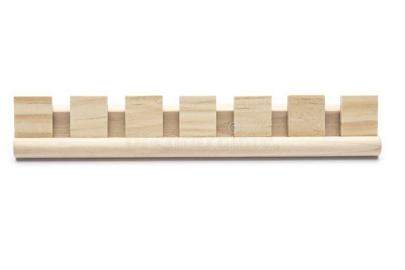Επτά κενά κεραμίδια σταυρολέξου σε ένα ξύλινο ράφι στοκ εικόνες
