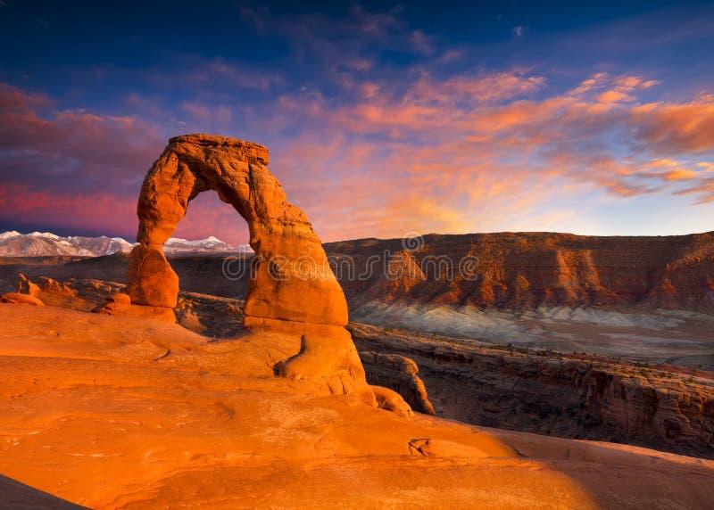 λεπτό ηλιοβασίλεμα αψίδ&ome στοκ φωτογραφίες