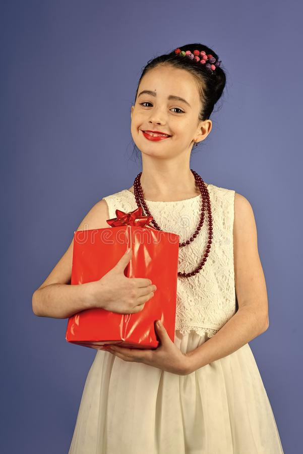 Επόμενη μέρα των Χριστουγέννων, εορτασμός διακοπών και κόμμα Μικρό κορίτσι με τη συσκευασία αγορών, μαύρη Παρασκευή Παιδική ηλικί στοκ φωτογραφία