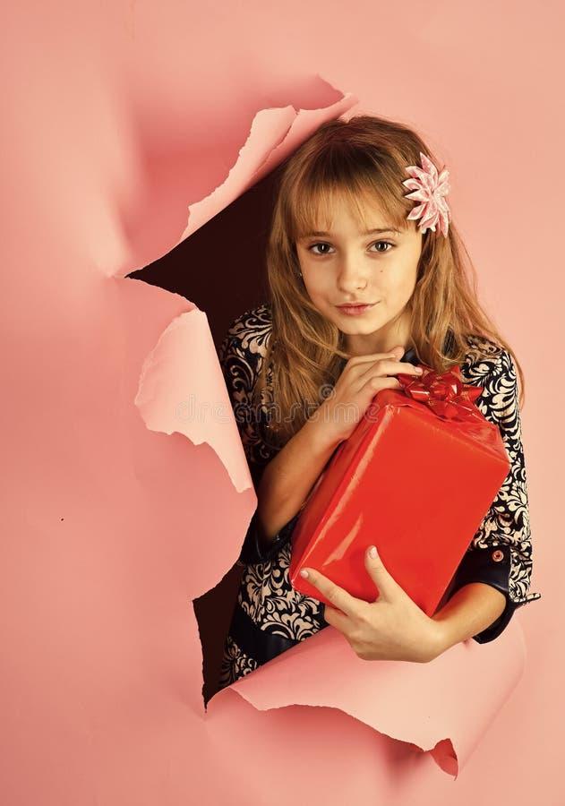 Επόμενη μέρα των Χριστουγέννων, εορτασμός διακοπών και κόμμα Μικρό κορίτσι με τη συσκευασία αγορών, μαύρη Παρασκευή Κορίτσι παιδι στοκ φωτογραφίες με δικαίωμα ελεύθερης χρήσης
