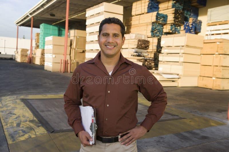 Επόπτης με την περιοχή αποκομμάτων έξω από την αποθήκη εμπορευμάτων στοκ εικόνα με δικαίωμα ελεύθερης χρήσης