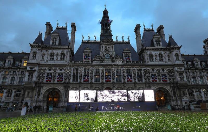 Επ' ευκαιρία της εκατονταετίας της ανακωχής του πρώτου παγκόσμιου πολέμου, η αίθουσα πόλεων του Παρισιού θέτει 94.415 μπλε, άσπρα στοκ φωτογραφία με δικαίωμα ελεύθερης χρήσης