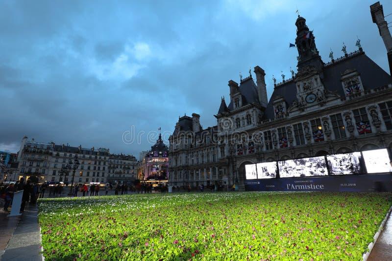 Επ' ευκαιρία της εκατονταετίας της ανακωχής του πρώτου παγκόσμιου πολέμου, η αίθουσα πόλεων του Παρισιού θέτει 94.415 μπλε, άσπρα στοκ φωτογραφίες