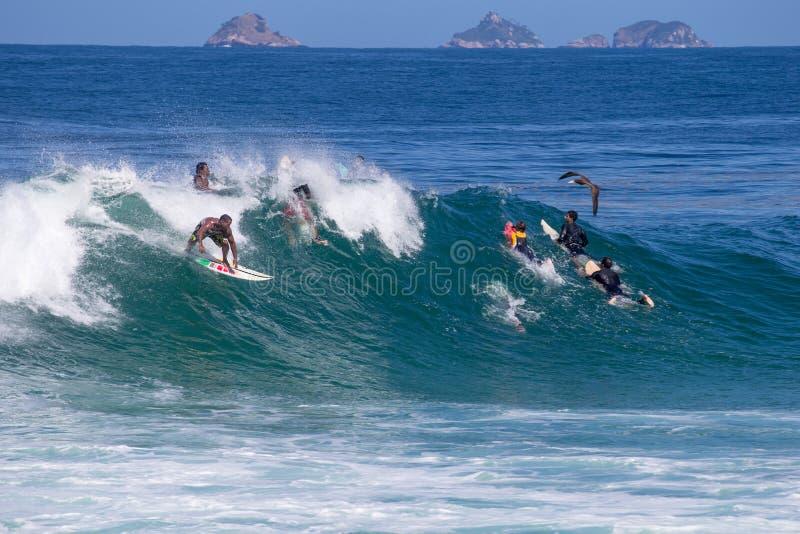 Ερασιτεχνικά surfers που έχουν τη διασκέδαση στο arpoador, ipanema, παραλία στοκ εικόνες