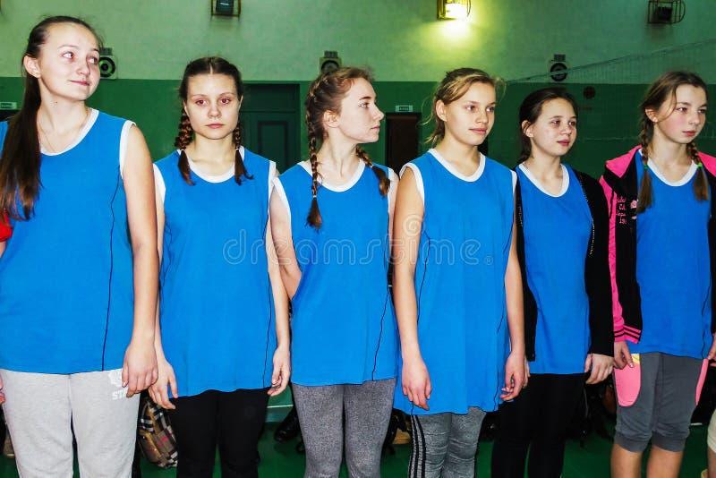 Ερασιτεχνικοί αθλητικοί ανταγωνισμοί στην πετοσφαίριση, τις αθλητικές οργανώσεις και τη ρωσική Ορθόδοξη Εκκλησία στην περιοχή Gom στοκ φωτογραφία με δικαίωμα ελεύθερης χρήσης