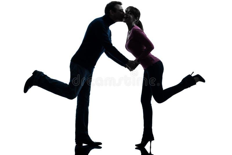 Εραστές ανδρών γυναικών ζεύγους που φιλούν τη σκιαγραφία στοκ εικόνα