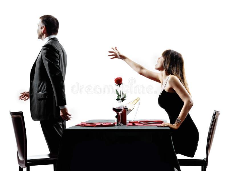 Εραστές ζευγών που χρονολογούν το χωρισμό διαφωνίας γευμάτων στοκ φωτογραφία