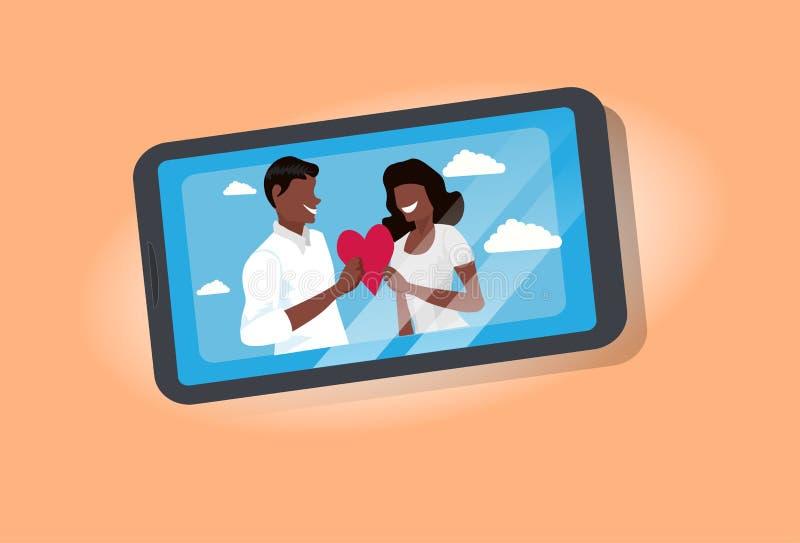 Εραστές ζεύγους που κρατούν κόκκινο καρδιών ερωτευμένο άνδρα-γυναίκας γυναικών ανδρών οθόνης smartphone έννοιας ημέρας βαλεντίνων διανυσματική απεικόνιση