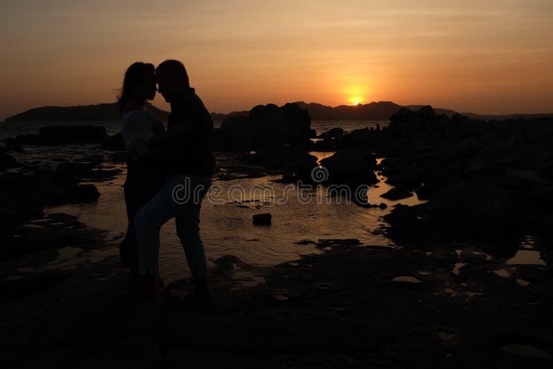 Εραστές ηλιοβασιλέματος στοκ φωτογραφία