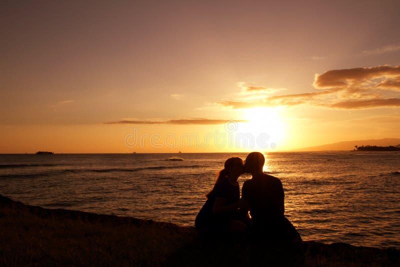 Εραστές ηλιοβασιλέματος στοκ εικόνες