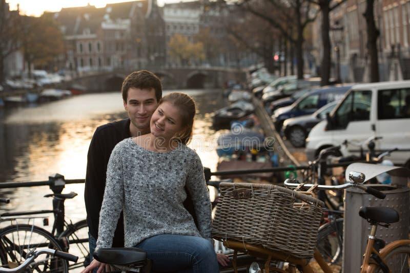 Εραστές στο Άμστερνταμ στο ηλιοβασίλεμα στοκ εικόνες με δικαίωμα ελεύθερης χρήσης