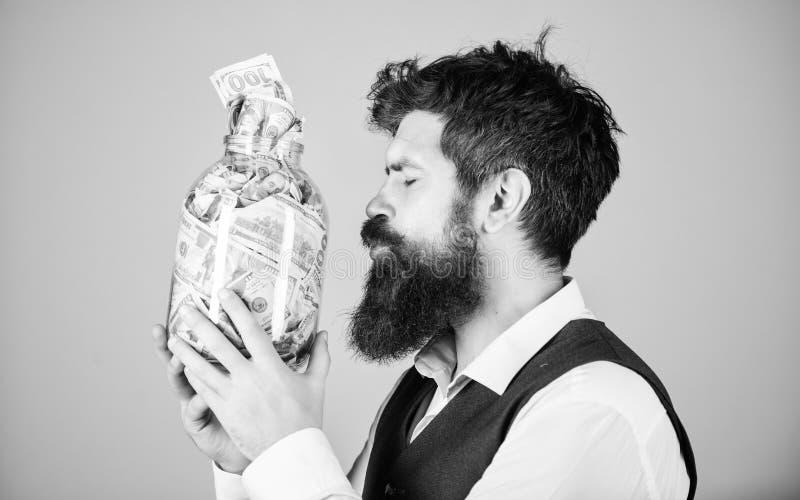 Εραστής χρημάτων Βάναυσο βάζο γυαλιού φιλήματος επιχειρηματιών με τα χρήματα Γενειοφόρα χρήματα μετρητών αποταμίευσης ατόμων στη  στοκ εικόνες