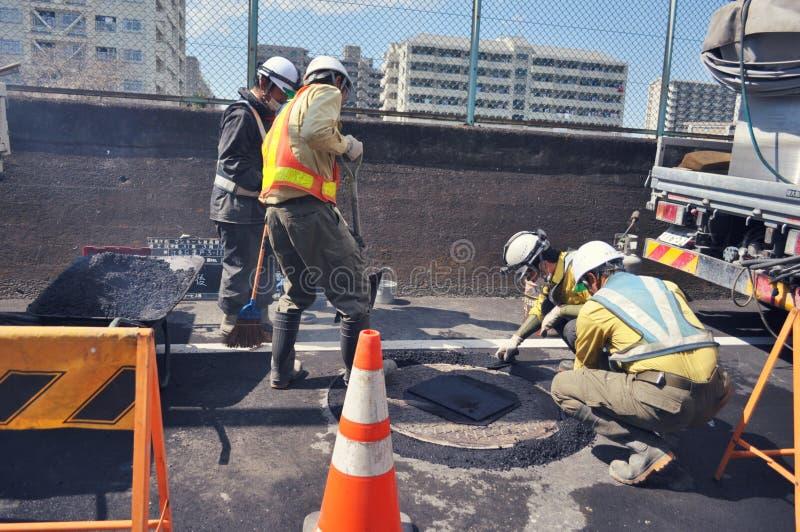 Εργάτες οικοδομών που καθορίζουν το δρόμο στο Τόκιο στοκ εικόνα με δικαίωμα ελεύθερης χρήσης
