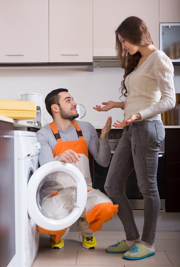 Εργάτης και πελάτης κοντά στο πλυντήριο στοκ φωτογραφία