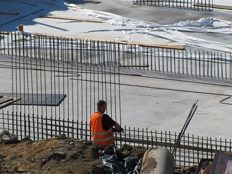 Εργάτης οικοδομών εργατών που εργάζεται στο εργοτάξιο οικοδομής στοκ εικόνες με δικαίωμα ελεύθερης χρήσης