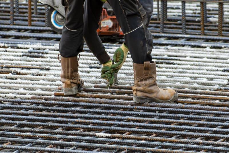 Εργάτης οικοδομών πλεξίματος σιδήρου στοκ εικόνες