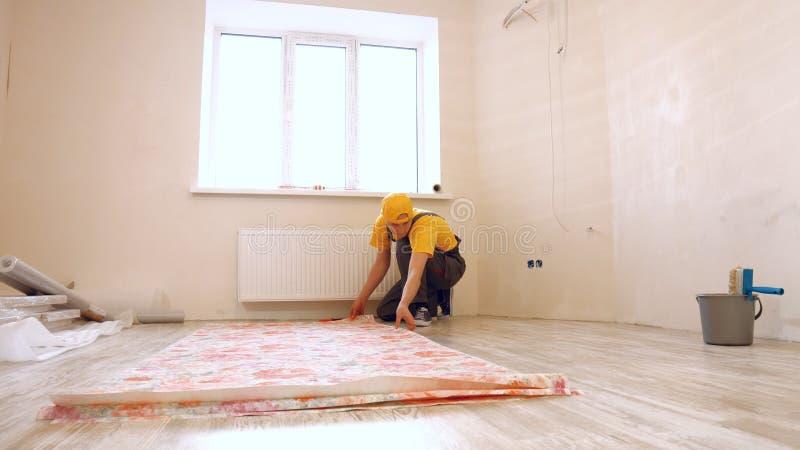 Εργάτης οικοδομών που κάνει τις επισκευές στο διαμέρισμα στοκ φωτογραφία με δικαίωμα ελεύθερης χρήσης