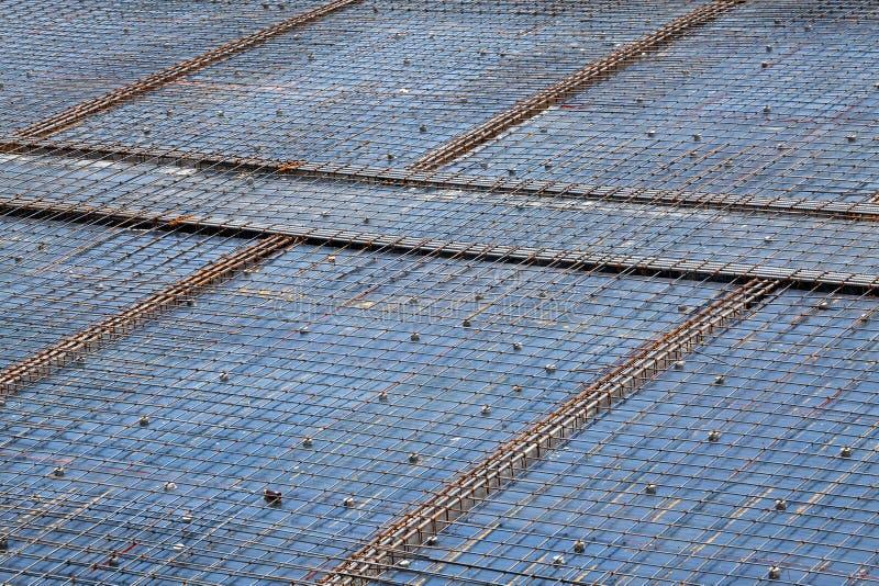 Εργάτης οικοδομών στο εργοτάξιο οικοδομής Δομή στεγών, κατασκευή στοκ εικόνες