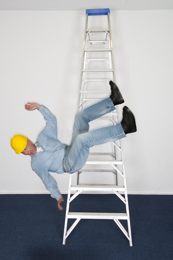 Εργάτης οικοδομών ή ανάδοχος, πτώση, ατύχημα στην εργασία ή εργασία στοκ φωτογραφίες