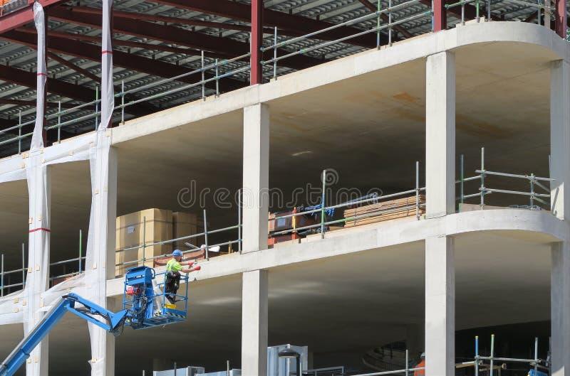 Εργάτης οικοδομών για την πλατφόρμα στοκ εικόνα με δικαίωμα ελεύθερης χρήσης