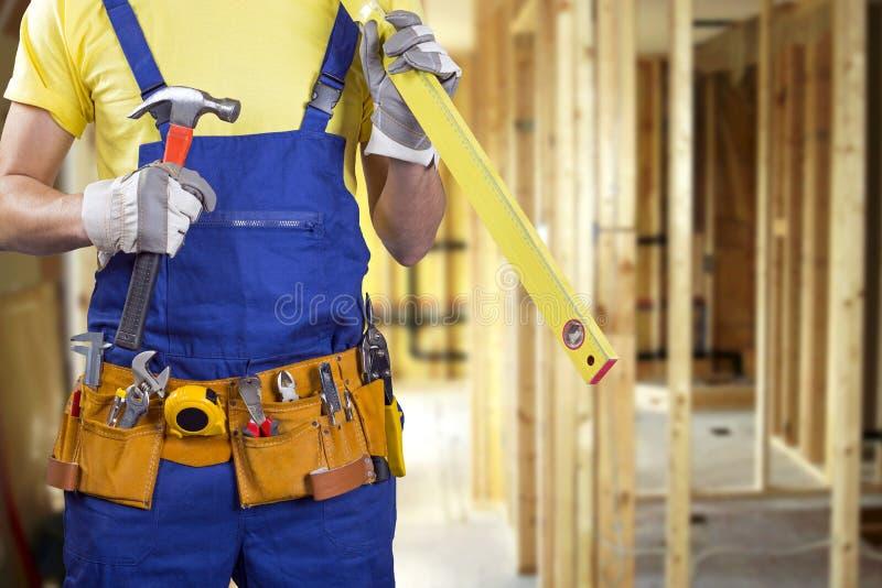 εργάτης οικοδομών για τη διαδικασία οικοδόμησης καινούργιων σπιτιών στοκ εικόνες