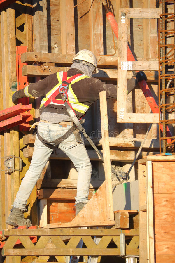Εργάτης οικοδομών και εξοπλισμός ασφάλειας εργαζόμενος στοκ εικόνα