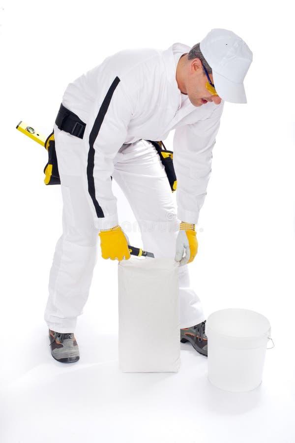 Εργάτης οικοδομών με την κόλλα κάδων και κεραμιδιών στοκ φωτογραφίες με δικαίωμα ελεύθερης χρήσης