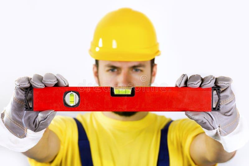 Εργάτης οικοδομών με το επίπεδο πνευμάτων στοκ φωτογραφίες με δικαίωμα ελεύθερης χρήσης