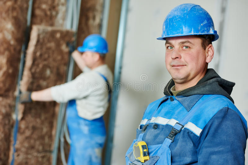 Εργάτης οικοδομών στην εργασία μόνωσης στοκ φωτογραφίες