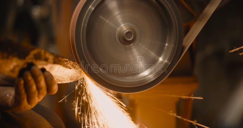 Εργαζόμενη βιομηχανία μετάλλων Επιφάνεια μετάλλων λήξης στην αλέθοντας μηχανή στοκ φωτογραφία με δικαίωμα ελεύθερης χρήσης