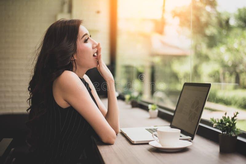 Εργαζόμενη γυναίκα που χασμουριέται στον εργασιακό χώρο Έννοια επιχειρήσεων και τρόπου ζωής Τεχνολογία και έννοια ανθρώπων Θέμα δ στοκ εικόνες