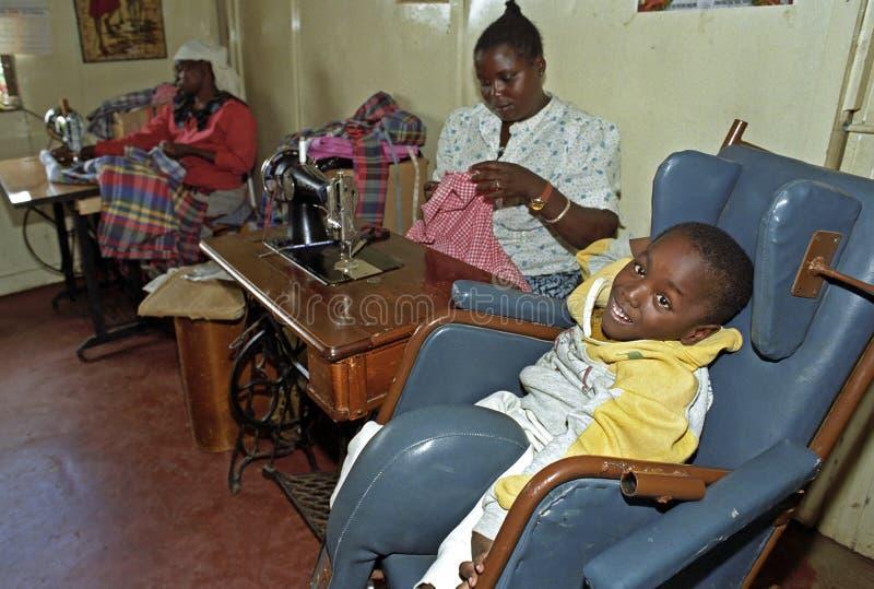 Εργαζόμενη κενυατική γυναίκα, με ειδικές ανάγκες παιδί, Ναϊρόμπι στοκ εικόνα