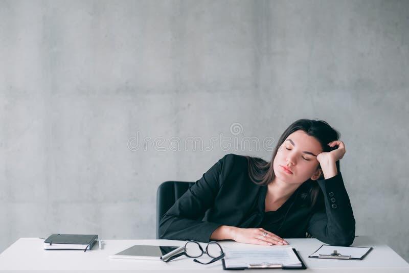 Εργαζόμενη κουρασμένη υπερωρίες επιχειρησιακή γυναίκα αϋπνίας στοκ φωτογραφία