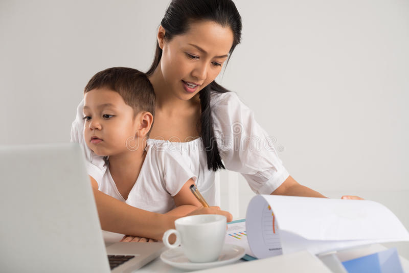 Εργαζόμενη μητέρα στοκ εικόνες με δικαίωμα ελεύθερης χρήσης