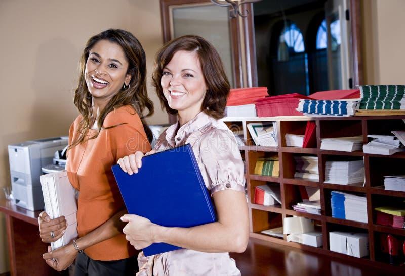 Εργαζόμενοι γραφείων θηλυκών στο δωμάτιο αντιγράφων στοκ φωτογραφίες με δικαίωμα ελεύθερης χρήσης