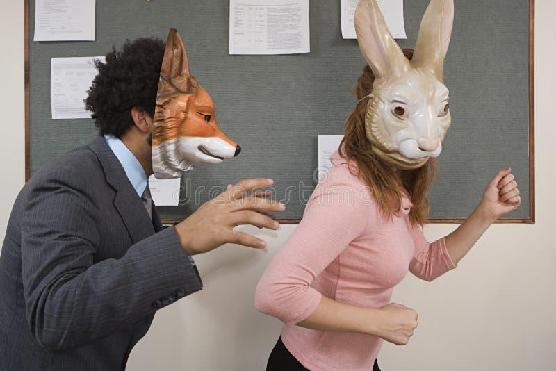 Εργαζόμενοι γραφείων που γύρω στις μάσκες στοκ εικόνες