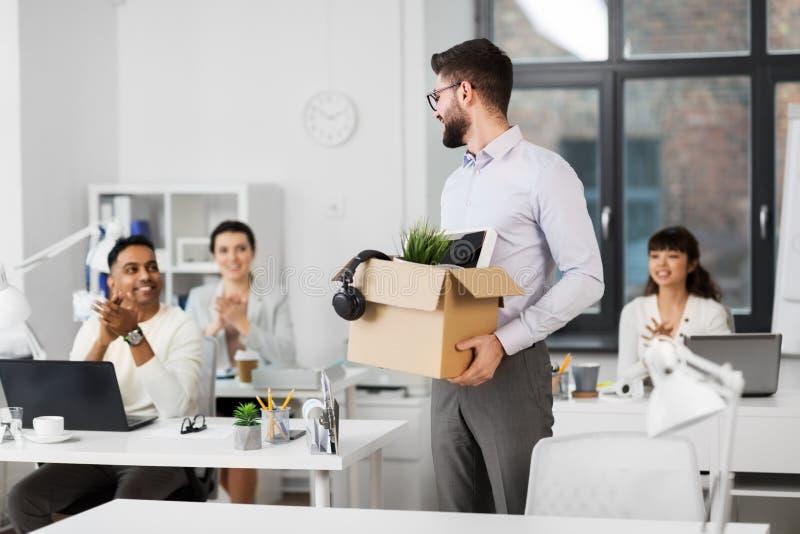 Εργαζόμενοι γραφείων που επιδοκιμάζουν στον άνδρα συνάδελφος στοκ εικόνες με δικαίωμα ελεύθερης χρήσης